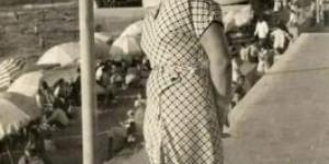 صورة فتاة فى شاطىء كليوباترا فى أوائل الخمسينات