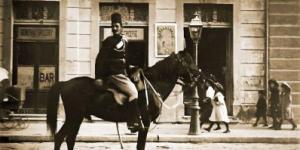 """صورة نادرة من أمام بقالة """"كورتليديس"""" بحي العطارين فى محافظة الإسكندرية عام ١٩٠٩م"""