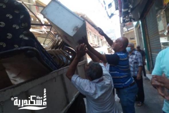 حي وسط يدفع بعدد ٣حملات لإزالة الاشغالات و الحواجز  من شوارع الحي