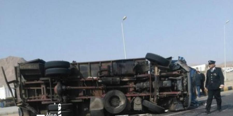 """إنقلاب سيارة ومصابين بالطريق الصحراوي """"طريق الخدمات """""""