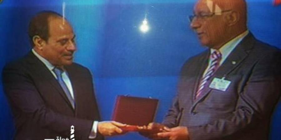 الرئيس السيسى يكرم امين اتحاد عمال الاسكندرية
