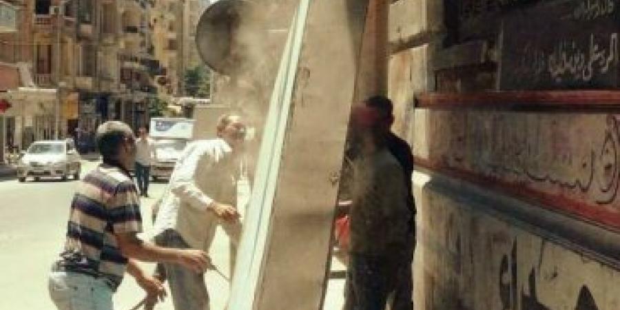 إزالة الإعلانات المخالفة فى محيط حى شرق بالإسكندرية