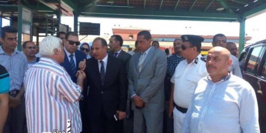 تواجد محافظ الإسكندرية بالموقف الجديد لمتابعة تطبيق التعريفة الجديدة للأجرة