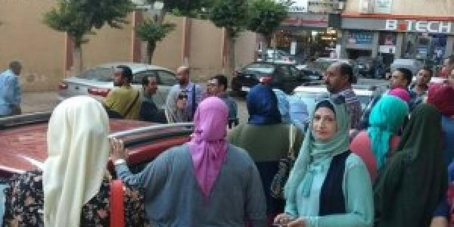 تظاهرة مئات أولياء أمور مدارس أبيس مطالبين بإقالة المديرة