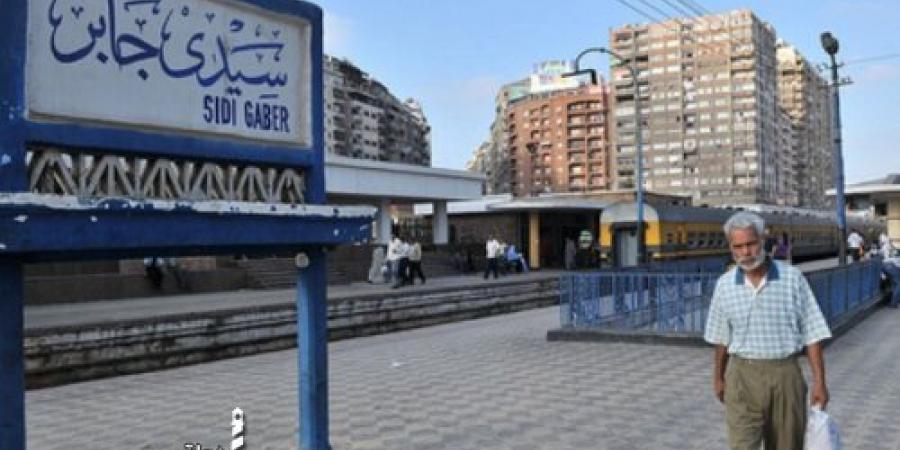 إصطدام قطار بشخصين في محطة قطار سكة حديد سيدي جابر بالإسكندرية