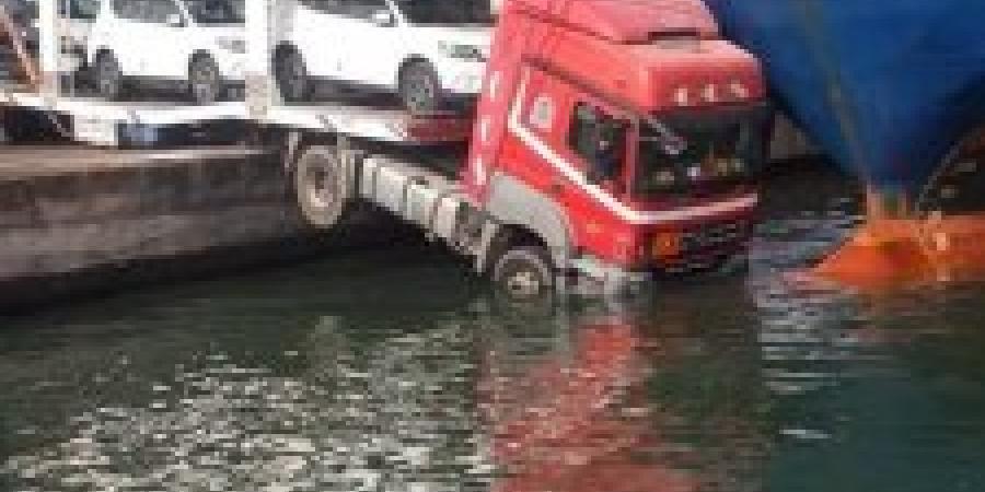 بالصور: السفينة تتسبب فى إنقاذ الشاحنة بالإسكندرية