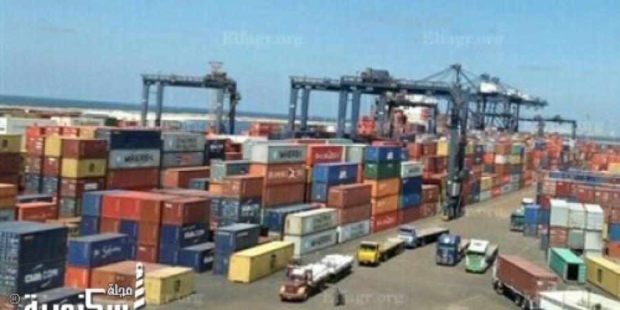 نشاط في حركة السفن والشاحنات والبضائع بميناء الإسكندرية