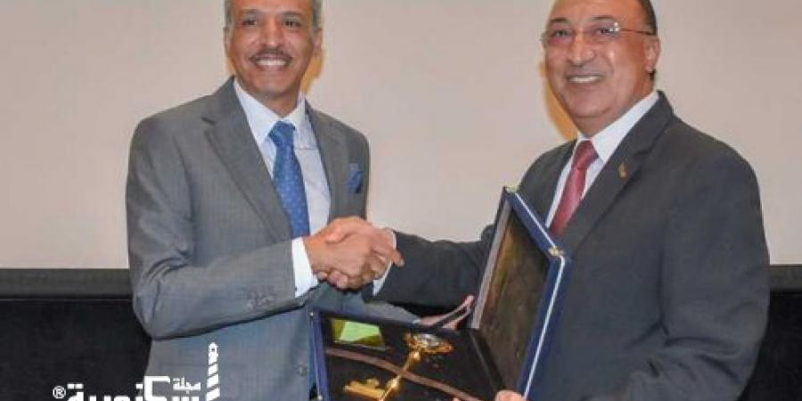 قنصل السعودية يودع الاسكندرية والمحافظ يهدية  «مفتاح المدينة»